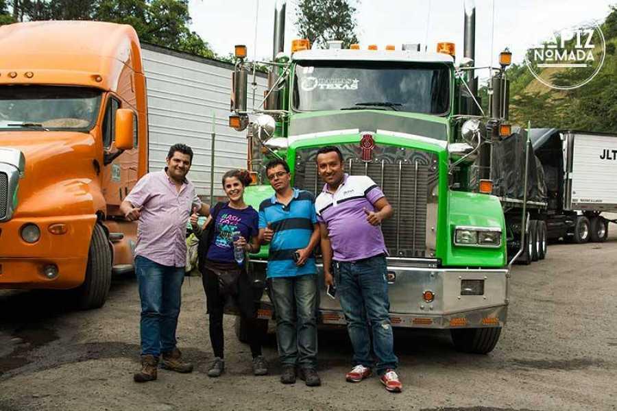 Andrea con un grupo de camioneros en Colombia tras hacer autostop; la invitaron a comer