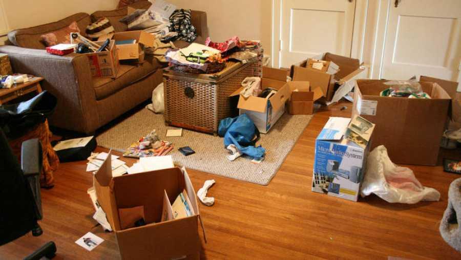 Interior de una casa desordenada
