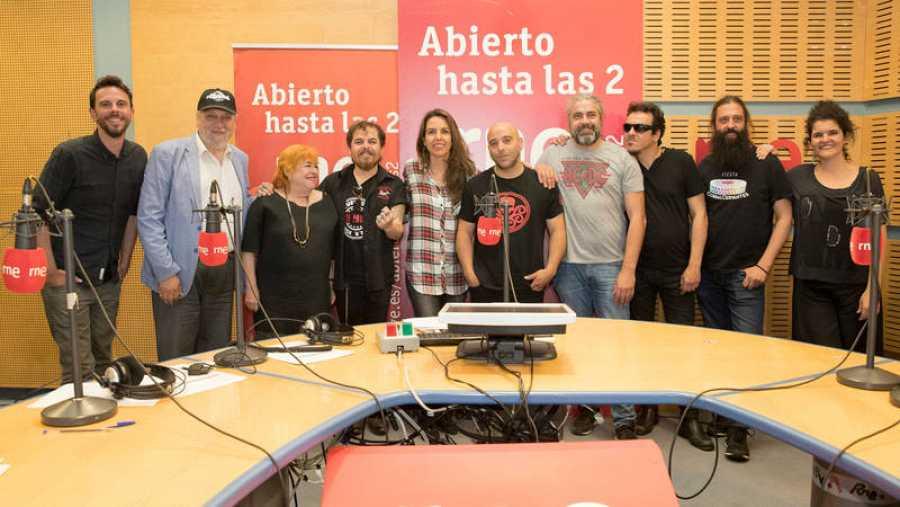 Foto final del programa, con toda la banda y todo el equipo del programa