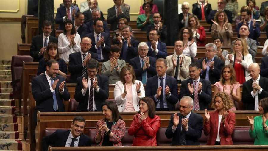 Sánchez, aplaudido por la bancada socialista en el Congreso.