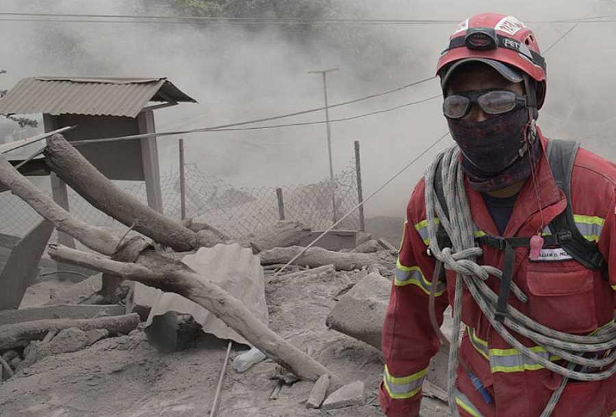 Un bombero busca a desaparecidos en El Rodeo