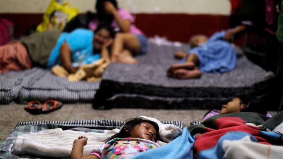 Una niña duerme en un albergue improvisado en un colegio de Escuintla