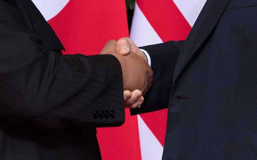Detalle del apretón de manos entre Trump y Kim, que ha dado inicio a la cumbre bilateral en Singapur.