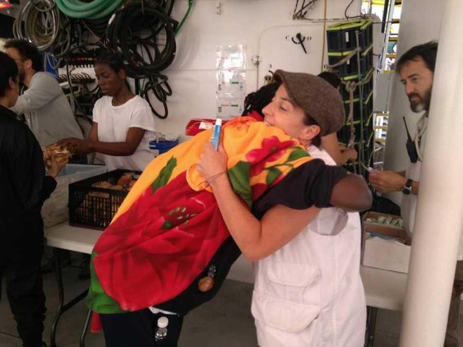 El abrazo que agradece los cuidados de los voluntarios en el Aquarius