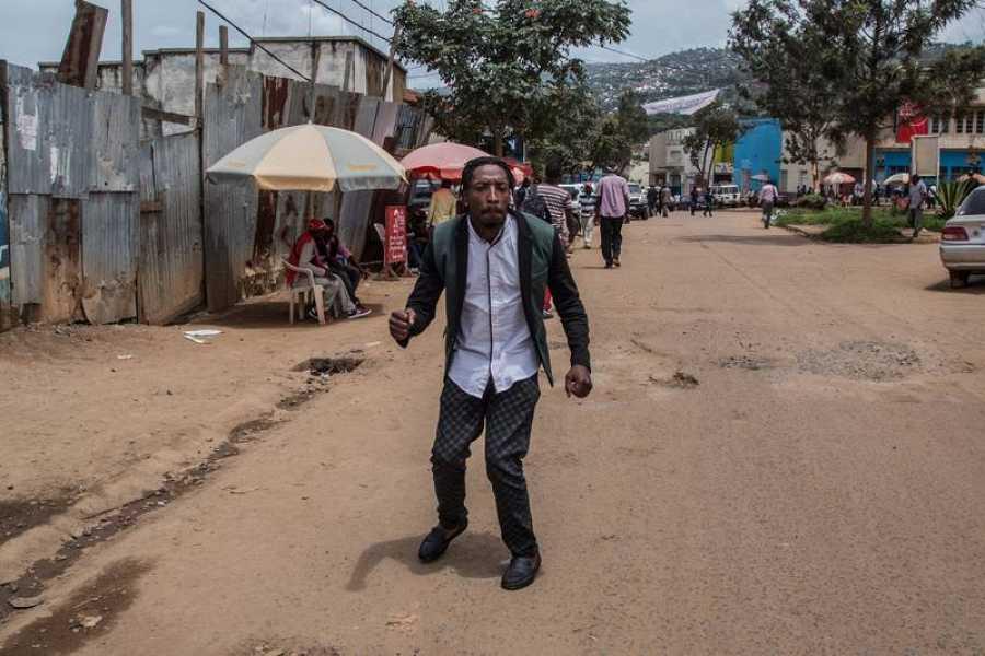 Por las calles de Bukavu, el buen humor de Mze Mandjondjo no pasa inadvertido