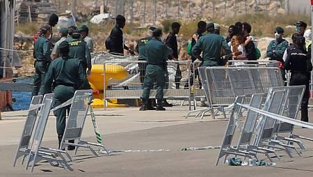 Varios migrantes salen del barco Aquarius para ser atendidos por Cruz Roja