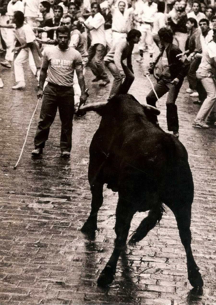 Miguel Araiz Rastrojo ante un toro en uno de los encierros de San Fermín