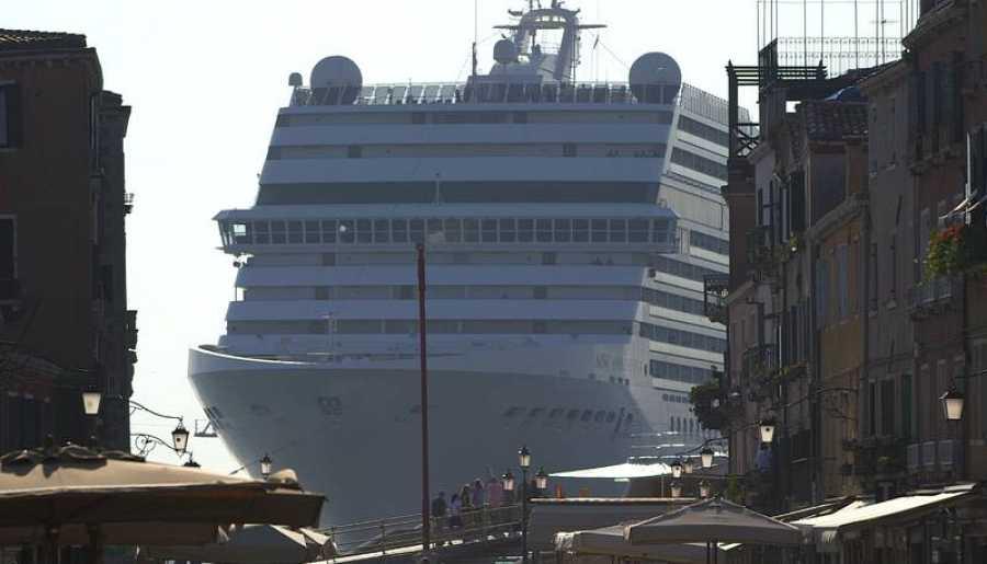 Un crucero entra en puerto de Venecia