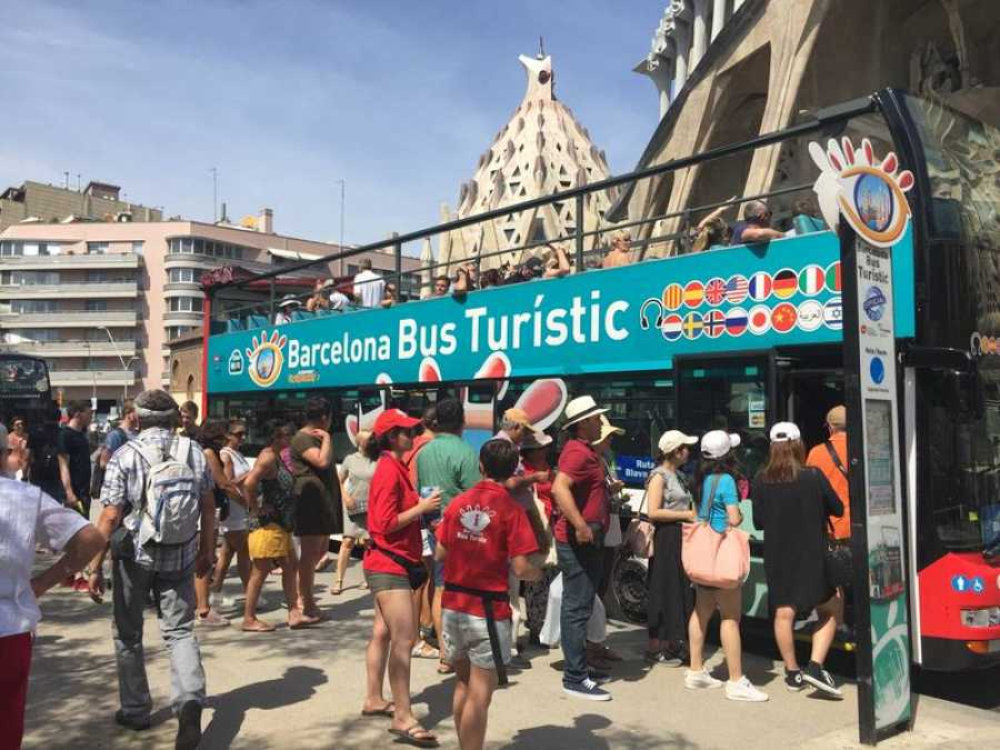 Un autobús turístico delante de la SAgrada Familia, en Barcelona
