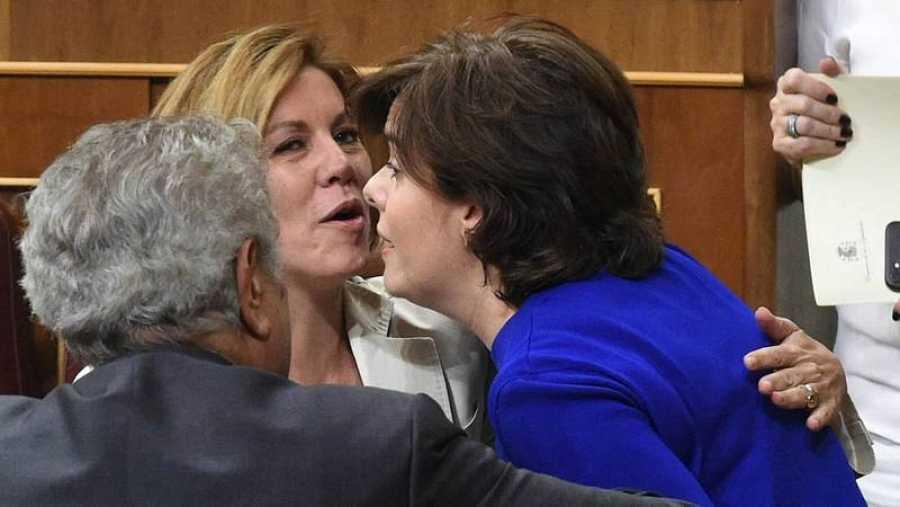 Cospedal y Santamaría se saludan en el Congreso de los Diputados (EFE).