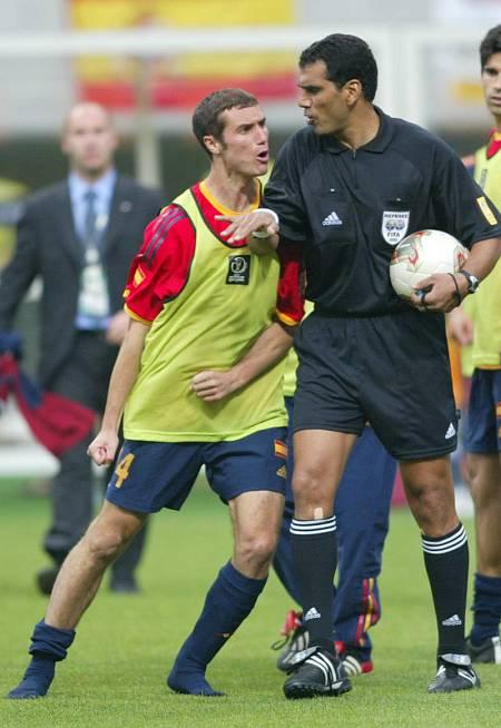 Iván Helguera increpando al árbitro egipcio, Ghandour Gamal.