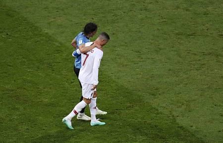Cristiano Ronaldo ayuda a Cavani a retirarse tras su lesión