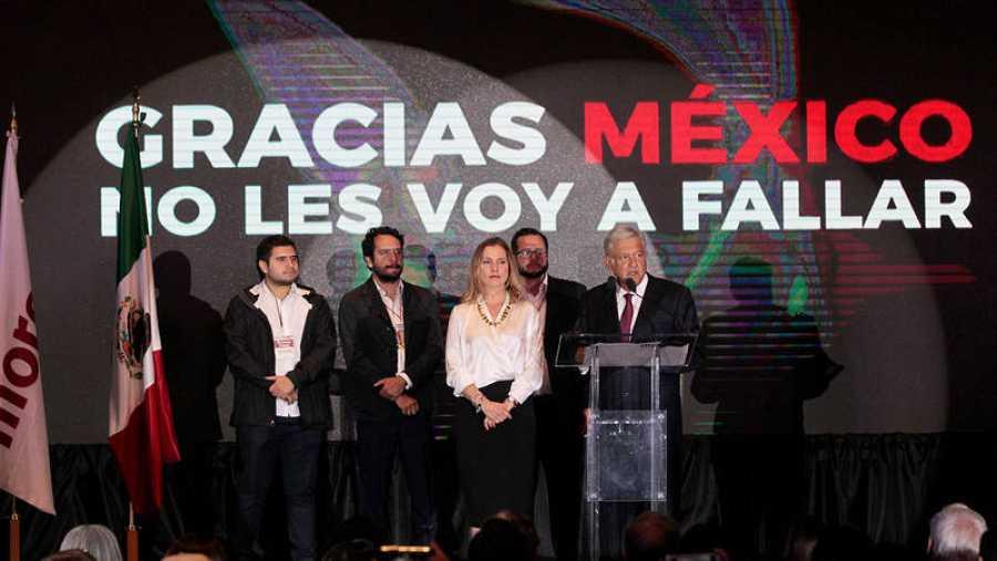 El líder izquierdista Andrés Manuel López Obrador, candidato del Movimiento de Regeneración Nacional (Morena), ofrece declaraciones acompañado de su esposa Beatriz Gutiérrez Müller