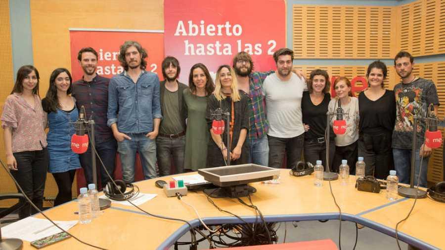 Imagen final del programa, con todo el equipo y toda la banda