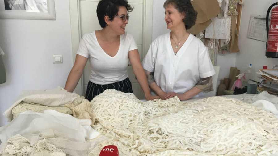 Laura Escribano y Asun de Anta en su atelier
