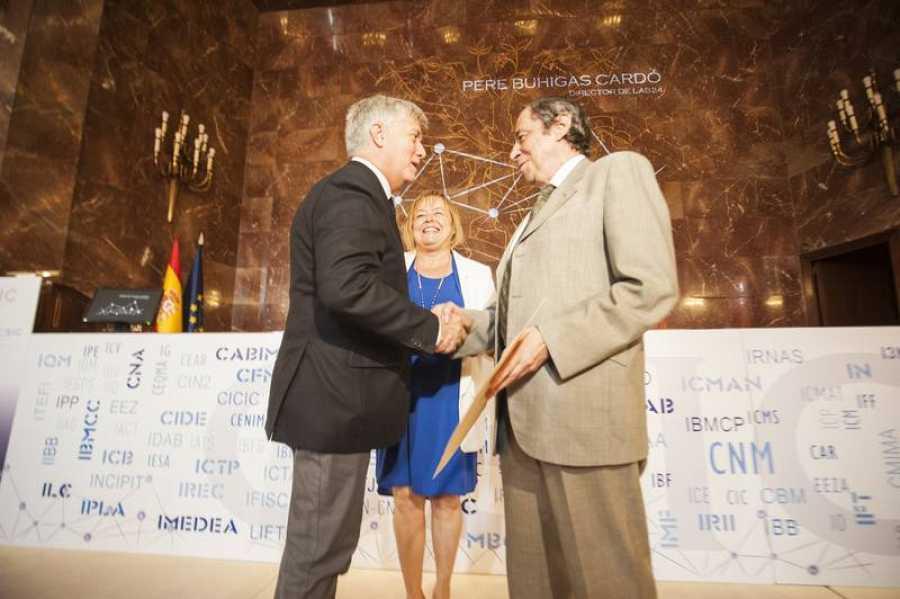 La Medalla de Plata del CSIC es un reconocimiento que se otorga a título honorifico a personas e instituciones con un papel relevante en el fomento de la ciencia.