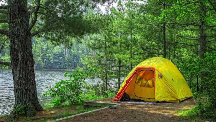 Tienda de campaña en un camping