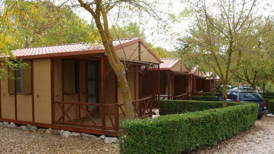 Cabañas de madera en un camping