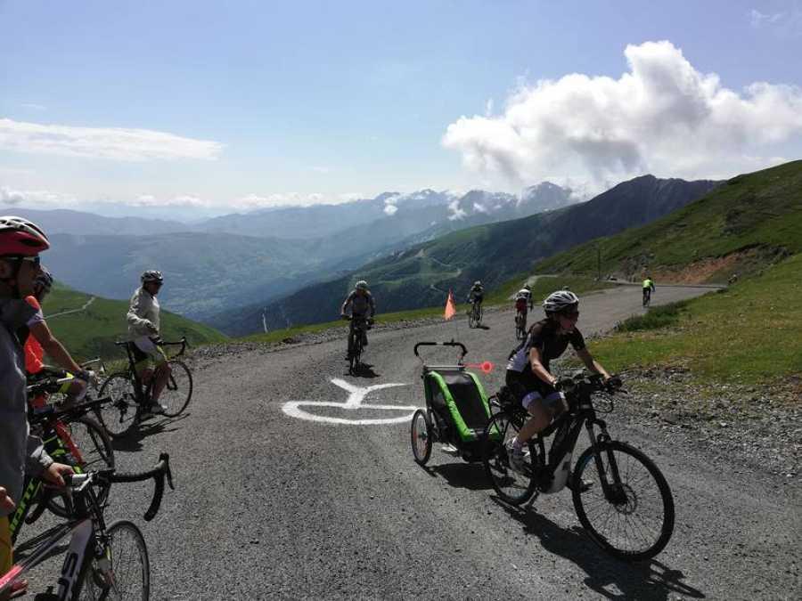 Alrededor del millar de cicloturistas ascendieron el Col du Portet y sus 2.200 metros de altura.