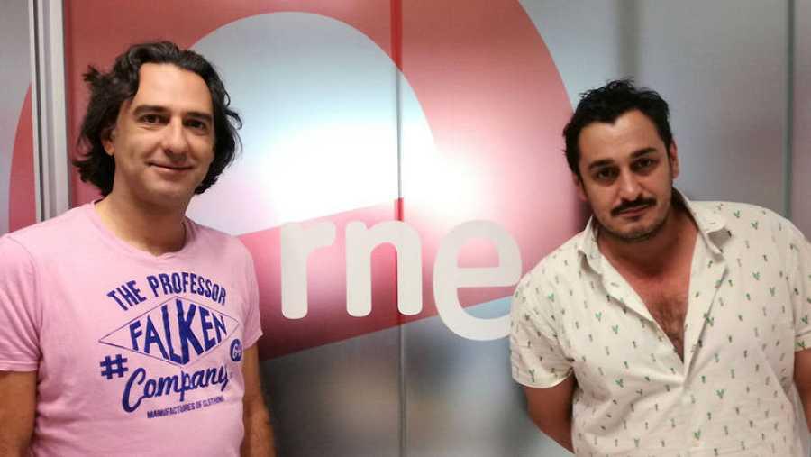 El director Gabriel Olivares y el actor Javier Martín antes de la entrevista en 'Las mañanas de RNE'