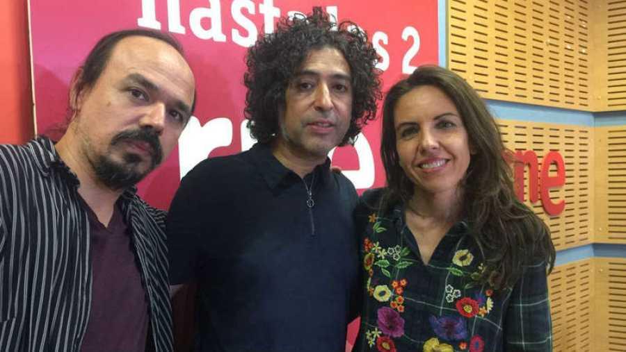 Paloma Arranz recibe a Manuel García y a Diego Álvarez (guitarra y coros)