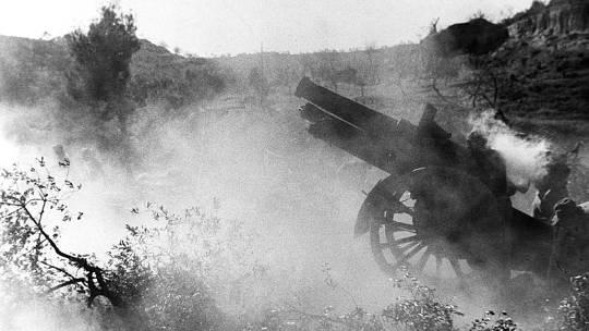 Frente del Ebro: artillería abriendo fuego durante la Guerra Civil