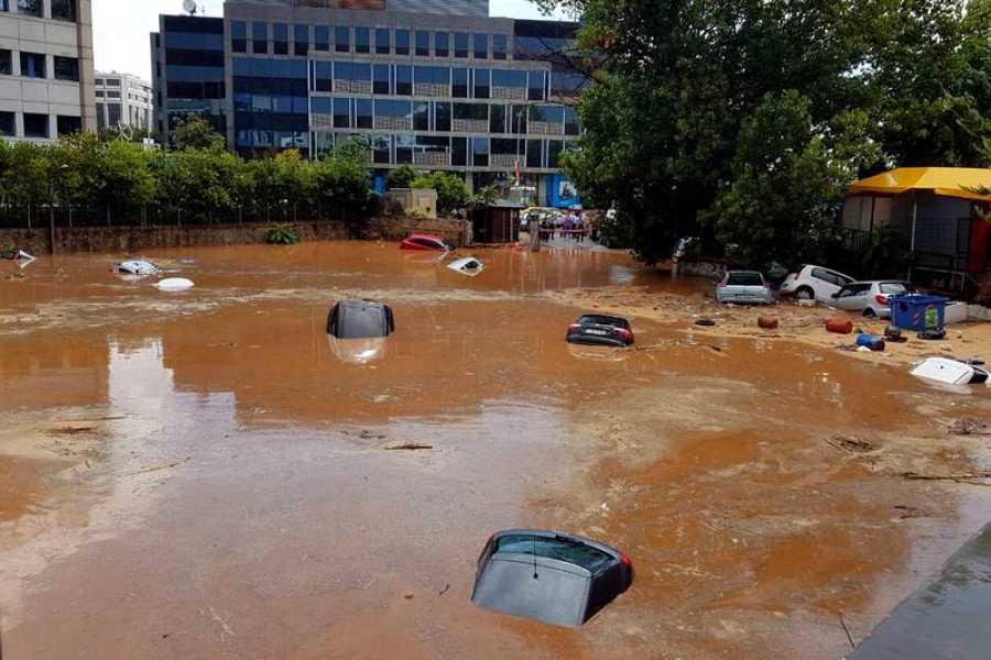 Varios coches cubiertos por el agua en una calle inundada de Maroussi, suburbio de Atenas.