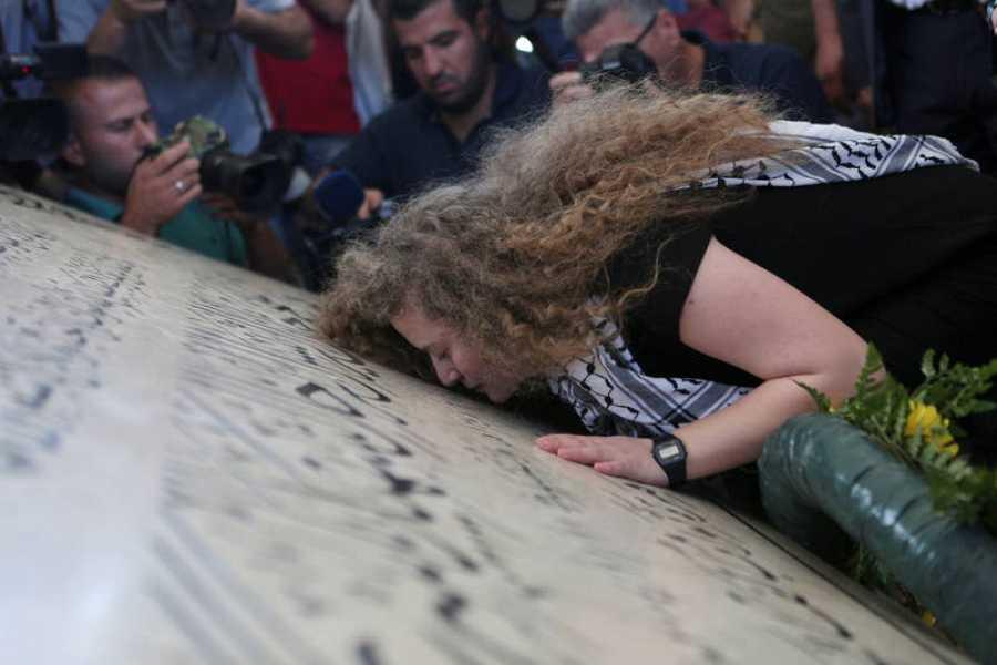 Tamimi muestra sus respetos ante la tumba de Yasser Arafat en Ramala