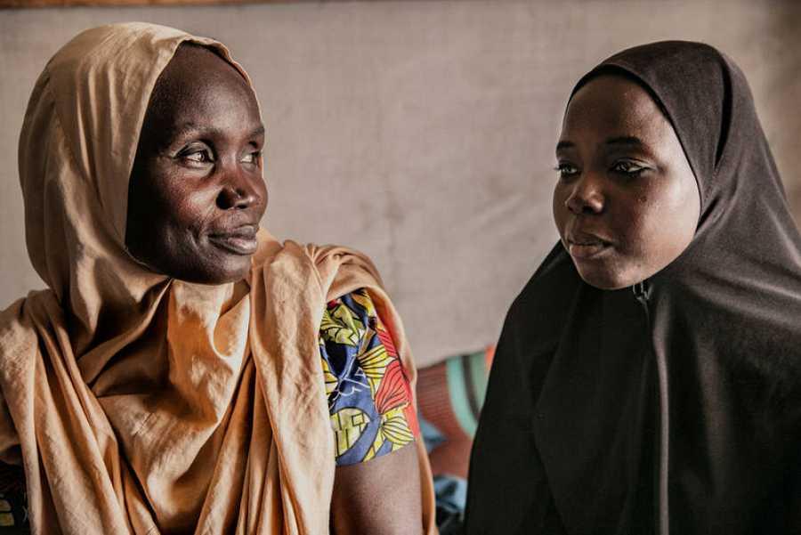 Hauwa y Amina, madre e hija, fueron separados por un grupo armado. Ahora intentan superar el trauma y rehacer sus vidas en Pulka. IGOR BARBERO / MSF