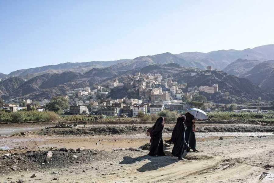 Un grupo de mujeres se encamina a pie hacia el hospital de Haydan