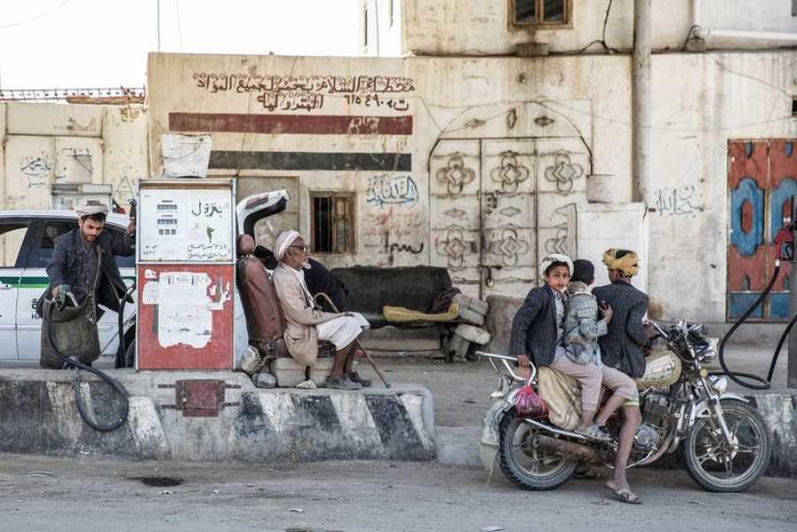 Repostaje en una gasolinera de Amran; los productos básicos, como el combustible, se han encarecido hasta niveles prohibitivos con la guerra en Yemen