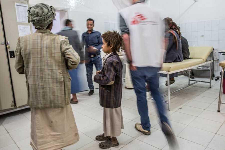 Un niño espera en la sala de urgencias del hospital de Jamer, también en Sadaa