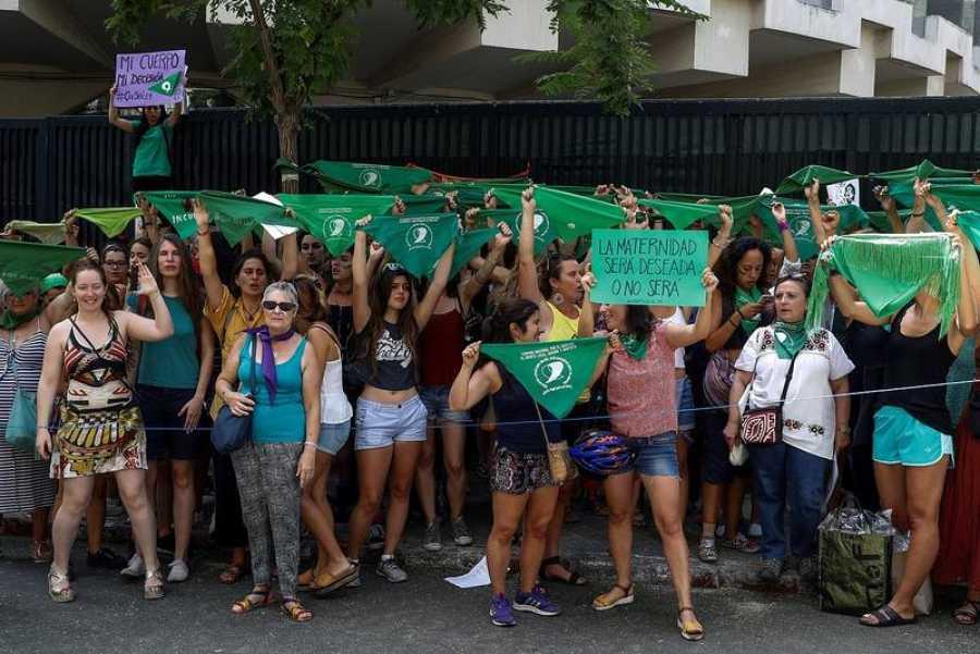 a favor del aborto legal en Argentina frente a la embajada de ese país en Madrid (EFE/Emilio Naranjo)
