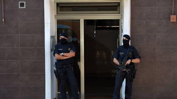 Los Mossos d'Esquadra registran la casa del hombre abatido en la comisaría de Cornellà de Llobregat