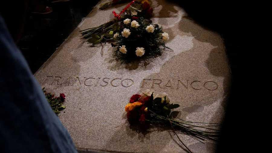 Varios ramos de flores depositados sobre la tumba de Franco en el Valle de los Caídos.