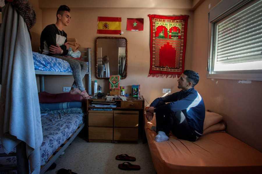 Jóvenes que al cumplir la mayoía de edad se han trasladado a un piso en Cádiz de la ONG 'Voluntarios por otro mundo'
