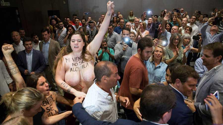Protesta de Femen en un acto de Ciudadanos en Málaga