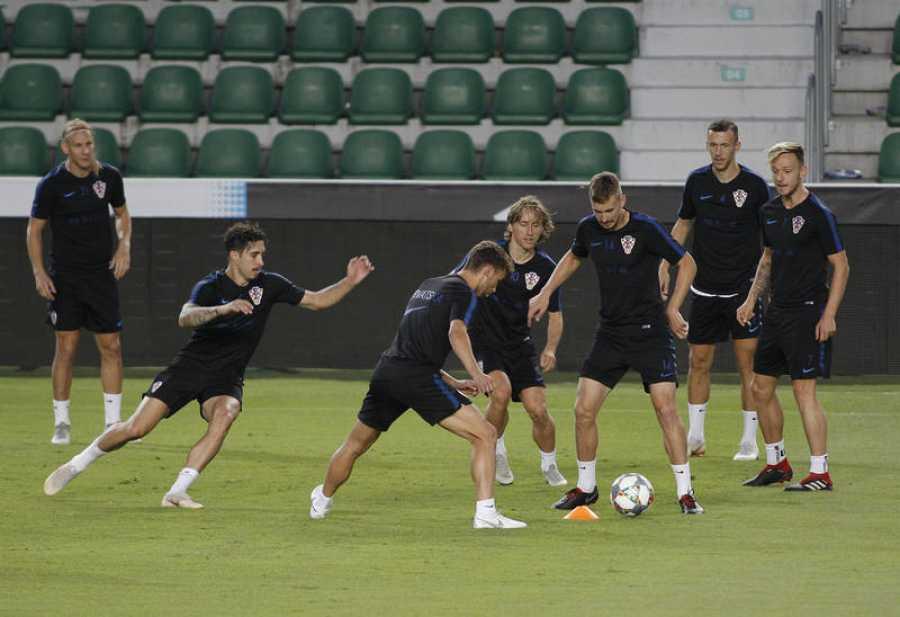 El jugadores de la selección croata durante el entrenamiento en el estadio Martinez Valero.