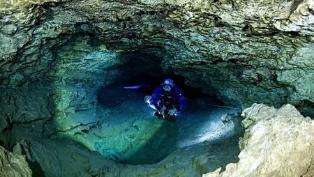 Buzo entrando en la cueva