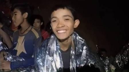 Los niños dentro de la cueva