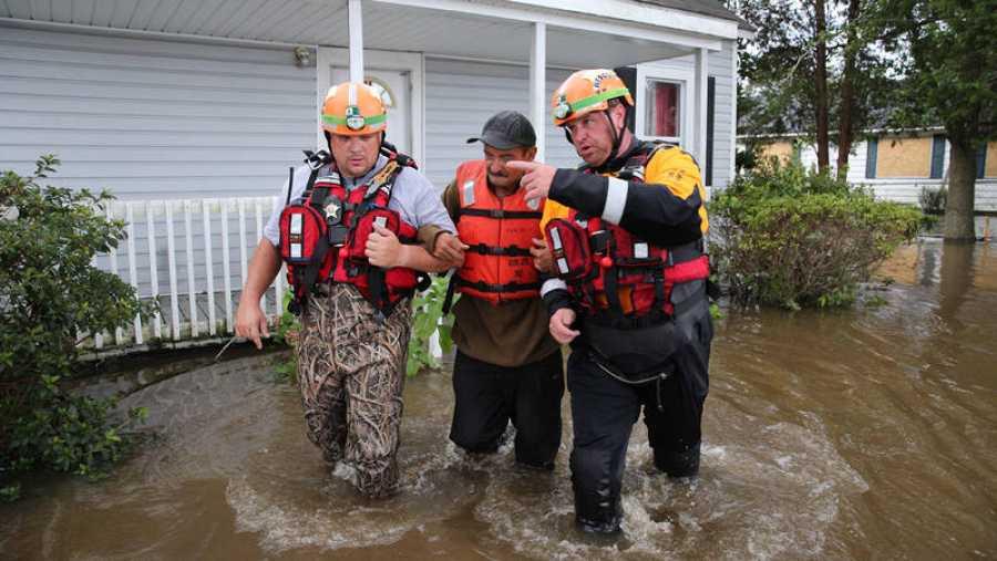Miembros del servicio de rescate auxilian a un vecino de Lumberton, Carolina del Norte, tras las inundaciones dejadas por el huracán Florence
