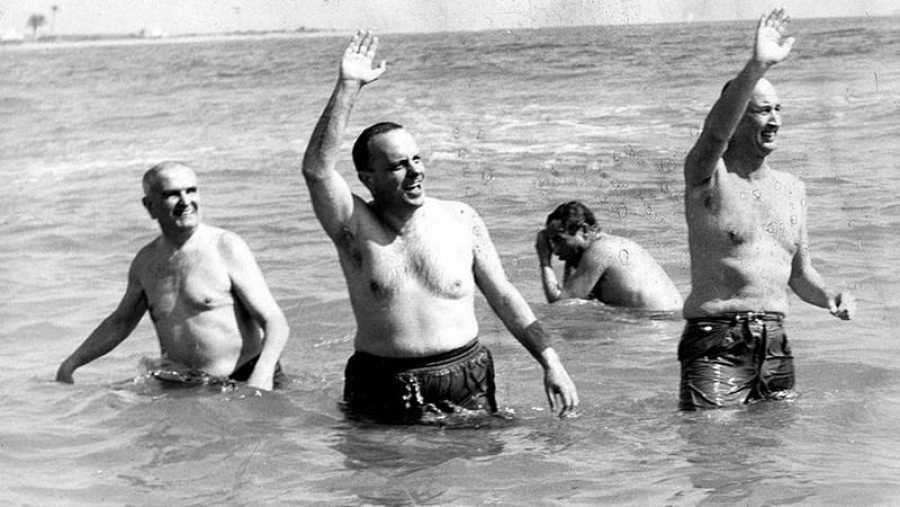 Manuel Fraga bañándose en la playa almeriense de Palomares en 1966.