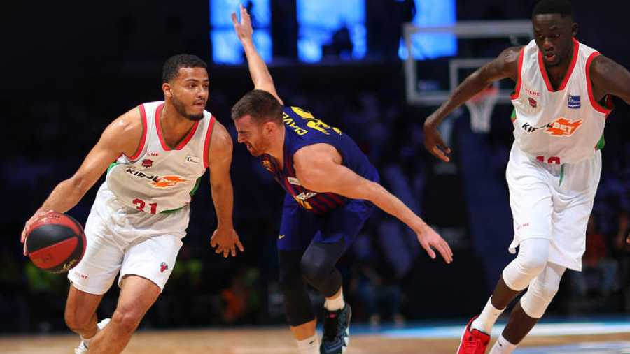 Shields, del Baskonia, conduce el balón ante Víctor Claver, del Barça.