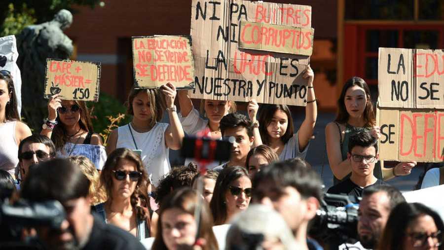 Estudiantes del campus de Vicálvaro de la Universidad Rey Juan Carlos, epicentro del caso Máster, durante la concentración que han protagonizado en la jornada de huelga
