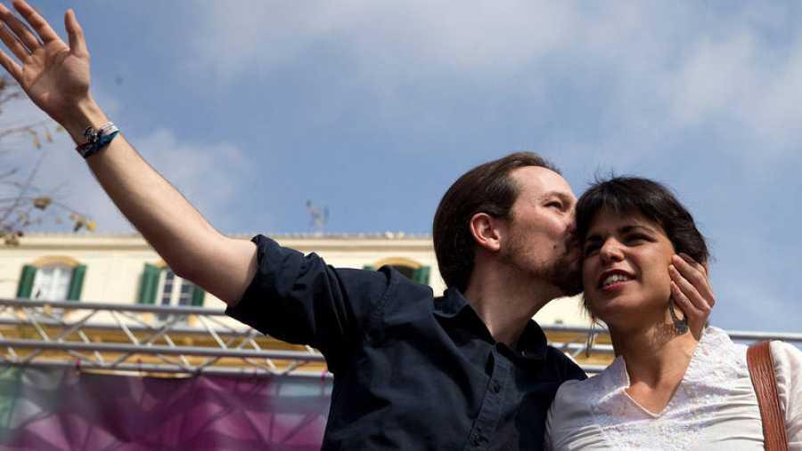 Iglesias besa a Rodríguez en un acto de campaña de Podemos