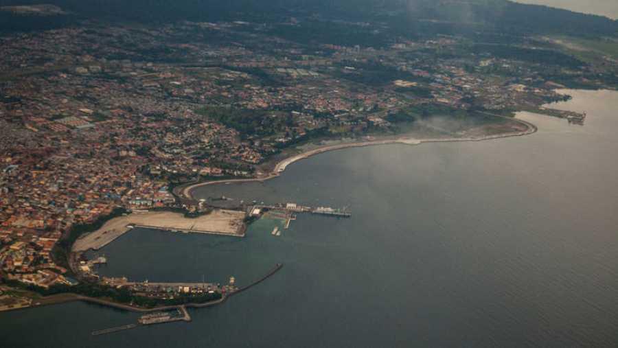 Vista aérea del puerto de Malabo, capital de Guinea Ecuatorial en la isla africana de Bioko.