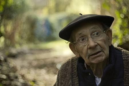 Agustín Ibarrola durante el documental