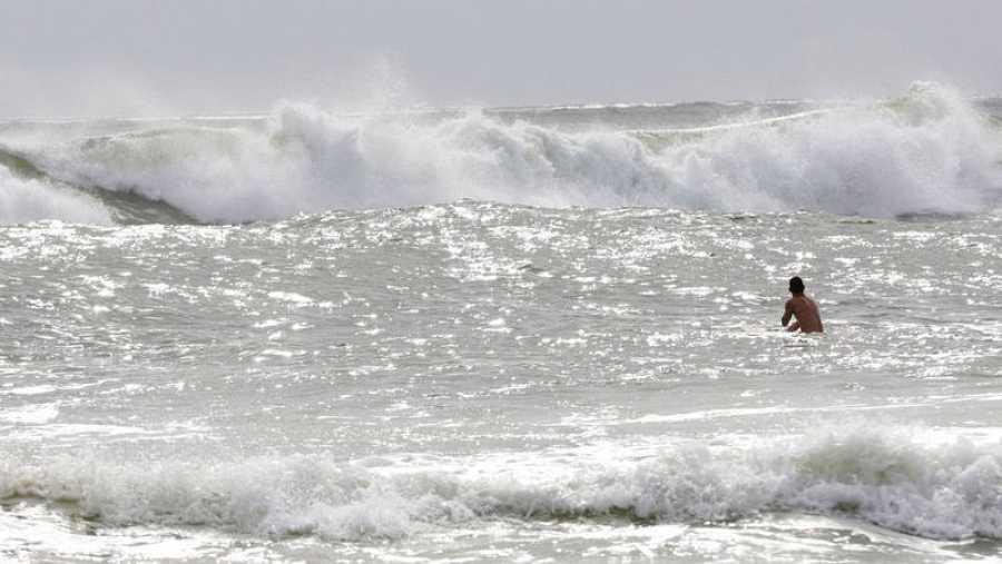 Un surfista esperando las últimas olas antes de la llegada del huracán