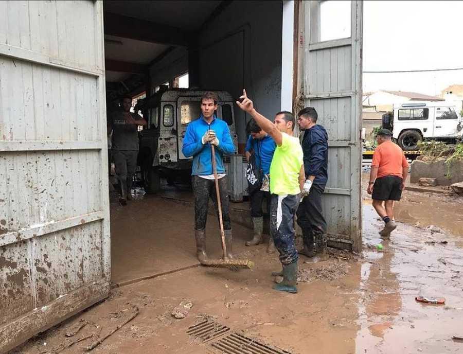El tenista Rafa Nadal colaborando con las víctimas de la riada