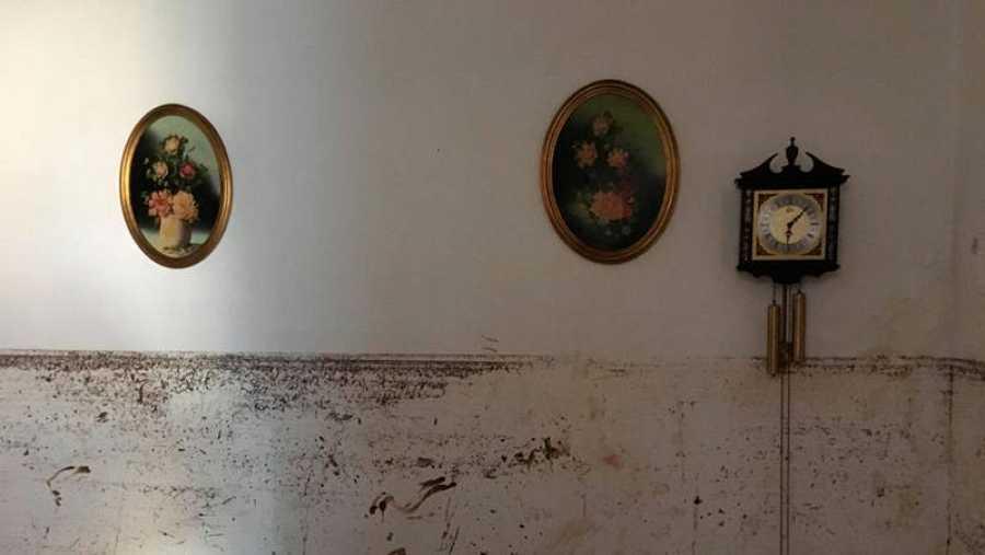 Las marcas del agua aún continúan en las paredes de las casas